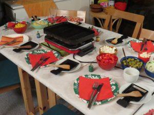 raclette auf einem gedeckten Tisch